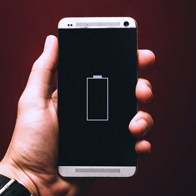 Pametni telefon z ikono baterije na zaslonu.